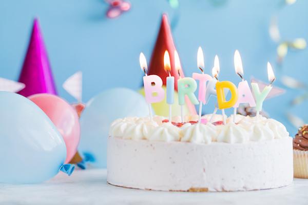 Geburtstagsfeier mit Kuchen